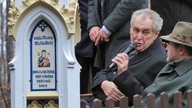 Požehnání kapli v Lánech: Neznaboh Zeman odříkal Otčenáš a opravoval faráře