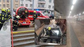 Stanice metra Kobylisy je částečně zavřená! Začal hořet eskalátor, zaplnil ji hustý dým