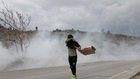 Migranti na Lesbu demonstrovali za lepší podmínky. Řecká policie nasadila slzný plyn
