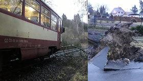 """Na Plzeňsku se """"ženili všichni čerti"""": Vyvrácené stromy, do větví na kolejích najel vlak"""