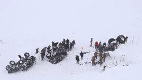 Dvě laviny na stejném místě pohřbily zaživa nejméně 38 lidí: Obětí může být víc
