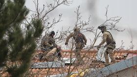 """Napadal rodiče, před policisty pak vylezl na střechu a házel po nich tašky! """"Sundali"""" ho taserem"""