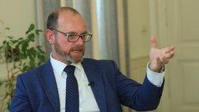 """Ministr školství musel znovu """"pod kudlu"""". Plaga si při pádu z kola zlomil klíční kost"""