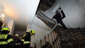 Šílená spoušť v domě na Žižkově: Zřítil se strop půdy! 14 evakuovaných