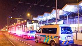 Agresor na útěku: Policisté pátrají po muži, který v tramvaji ve Vysočanech pořezal cestujícího