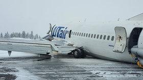 Boeing se 100 lidmi nezvládl přistání na zledovatělou dráhu. Čumákem skončil v poli