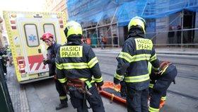 Padal šest metrů z lešení v centru Prahy, život mu zachránil balkon! Dělník měl štěstí v neštěstí