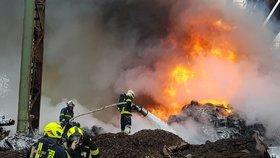 V Kladně hoří auta: Ozvaly se výbuchy, dým je vidět na kilometry
