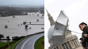 Záplavy a vichr, který si pohrává s letadly: Dennis pustoší Británii, povodně hrozí i ve Francii