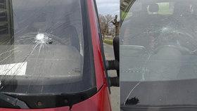 Horor v Husovicích: Vyšinutý muž běhal v pyžamu s kladivem a rozbíjel autům čelní skla