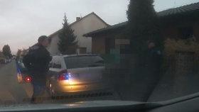 Zfetovaný gauner neuvěřitelně riskoval: Se synkem (3) v autě ujížděl strážníkům, navíc nemá řidičák