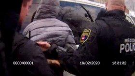 Opilec tlačil dětský kočárek: V tramvaji napadl několik lidí! Měl jedno přání