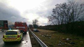Zranili se dospělí i děti! Auto prorazilo svodidla a vyletělo z dálnice D2