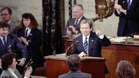 """Havla v Kongresu USA ocenil potlesk vestoje. Od poradců dostal před 30 lety """"za uši"""""""
