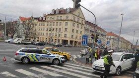 Policisté bourali v Dejvicích: Srazili se s jiným autem, když jeli zachraňovat sebevraha