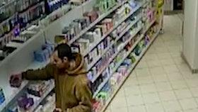Zloděj pleťových krémů: Z pražské drogerie si v igelitce odnesl 41 krabiček za 15 tisíc