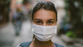Roušky proti koronaviru, respirátory i růžový nano nákrčník. Co z toho opravdu funguje?