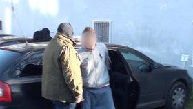 Cizinec (21) v pražské tramvaji zničehonic bodl cestujícího a utekl! Chytli ho policisté z Rokycan
