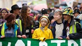 """""""Svět je v plamenech. Neumlčí mě,"""" bouřila Greta na protestu v Anglii"""