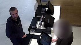 Dívka (13) nechala batoh u stolu, zloděj jí ho šlohl. Škoda 40 tisíc