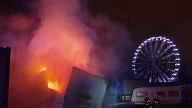 Obří požár na matějské pouti! Z maringotky šlehaly plameny, zaměstnaly čtyři jednotky hasičů