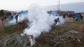 Slzný plyn, granáty a kouřové bomby: Spor s migranty na hranicích Řecka se vyostřuje