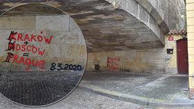 Karlův most pod náporem vandalů: Zase ho někdo posprejoval! Případ řeší policie