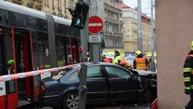 Hrozivá nehoda na Smíchově: Tramvaj, auto a chodec! Čtyři lidé se zranili