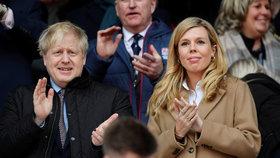 """Johnsonova """"vydřička"""" přiznala, že trpěla. S nakaženým premiérem sledují ptáky"""