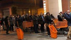 Italové karanténu zahájili nájezdem na supermarkety. Ve frontách čekali celou noc