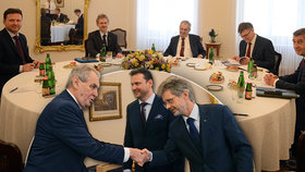 Nejmocnější muži Česka slibují víc peněz na obranu a ruší své cesty. Pojede Zeman do Číny?