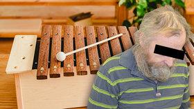 Hrál na xylofon, důchodce mu do něj kopl: Bezdomovec ho srazil k zemi a zabil