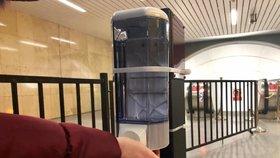 Dávkovače s dezinfekcí v pražském metru: DPP jich do vestibulů umístil 120