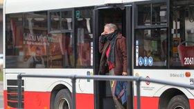 Pandemie komplikuje pražskou dopravu. 35 autobusových linek přestane jezdit po nocích