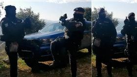 Roušky nasadit a pomáhat a chránit: Koronavirový taneček policistů baví Česko!