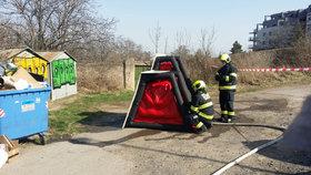 Granát mezi garážemi u Dívčích hradů: Pyrotechnikovi hasiči postavili speciální bariéru, kdyby došlo k výbuchu