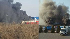 Hasiči v Jihlavě bojují s požárem elektroodpadu: Jedovatý dým zahalil široké okolí