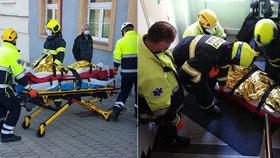 Padal ze třetího patra! Dělníka (61) ze světlíku vytáhli hasiči, je celý polámaný