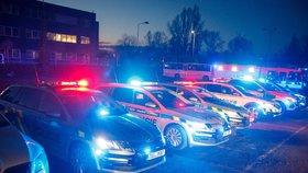 Spanilá jízda projela v pražských Letňanech! Lidé tleskali z oken záchranářům, policistům a hasičům