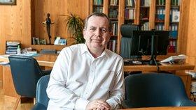 Rektor Karlovy univerzity je ve vážném stavu! Kvůli koronaviru skončil Zima na mimotělní podpoře