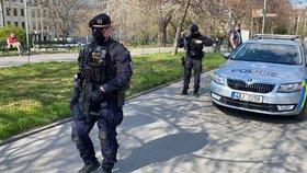 """Pozdvižení na hlaváku. Muž """"nakažený"""" koronavirem hrozil bombou, dopadli ho policisté"""