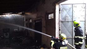Zadýmená Malá Chuchle. Poblíž železnice hořela budova, zapálil ji neznámý pachatel