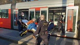 Muž nožem ohrožoval v tramvaji v Praze cestující, policista ho postřelil: Zákrok byl v pořádku, říká GIBS