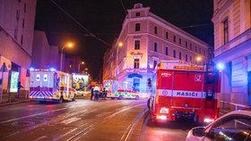 Noční drama na Žižkově: Požár uvěznil pět lidí uvnitř domu