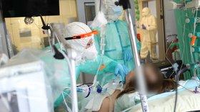 Druhý pacient v Česku se dočkal Remdesiviru. Osobu v kritickém stavu léčí v pražském Motole