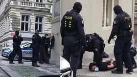 Dva gauneři okradli a zmlátili muže (44) na Vinohradech! Jeden pak demoloval auto policistům
