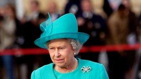 Jak se královna zbavuje nepohodlných lidí? Tajně domluvená gesta kabelkou!