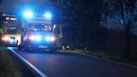 Mrtvý motorkář u Prahy: Předjížděl a vyletěl ze silnice, spolujezdkyně je lehce zraněná