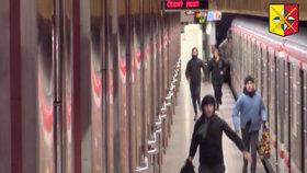 """VIDEO: Policie hledá čtyři mladíky kvůli """"dobrodružství"""" v metru: Posprejovali vagon, škody jdou do tisíců"""
