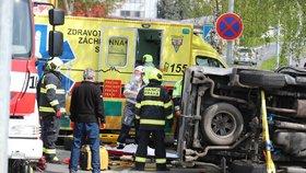 Vážná nehoda v Satalicích! Auto skončilo na boku, jeden zaklíněný. Na místo letěl vrtulník
